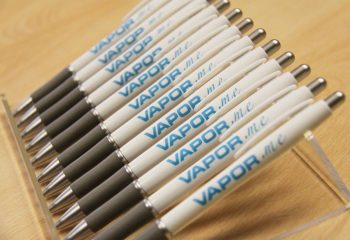 štampa na:olovkama,upaljačima,zaobljenim predmetima,čašama,USB stikovima,satovima,notesima,privjescima